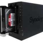 Synology ds214play Diskstation cassetto aperto con disco
